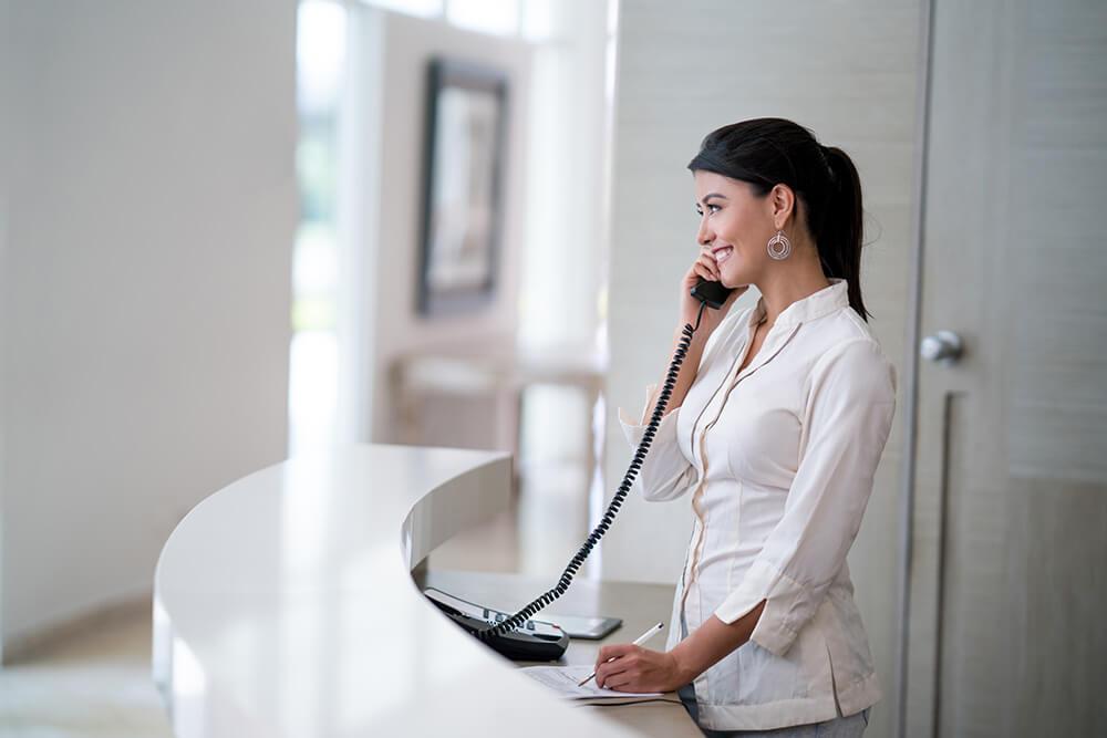 Receptioniste ziekenhuis aan telefoon