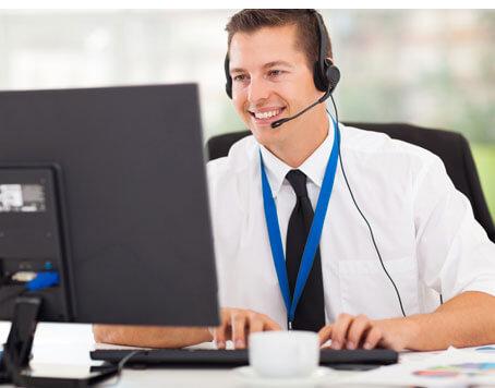 Support medewerker achter scherm met security management software